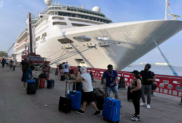 Cruise Drugs Party Case: Mumbai's Esplanade Court today sent these four people to NCB custody till October 11 in the cruise drugs case? All four accused were arrested this morning itself, 8 accused including Aryan Khan were also detained by NCB