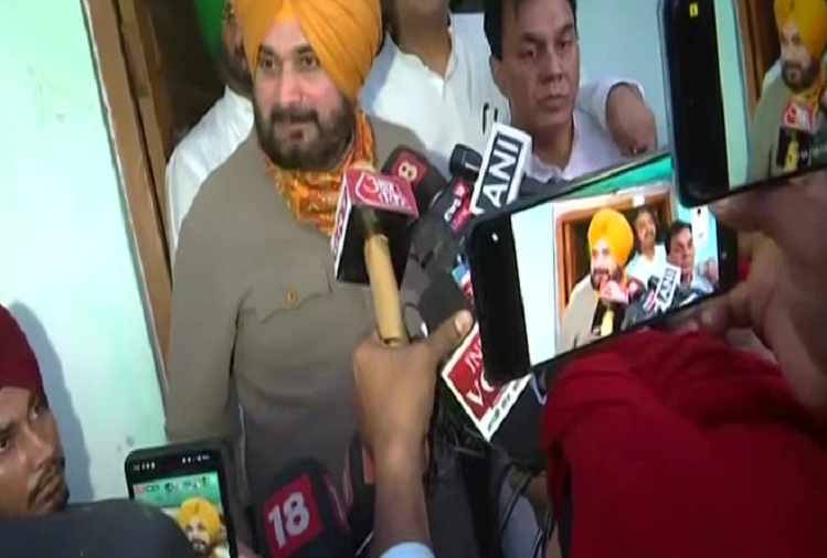 Navjot Singh Sidhu met the family of farmer Lovepreet and local journalist Raman Kashyap, said - I will sit here on hunger strike until action is taken against Ashish, son of Mishra ji