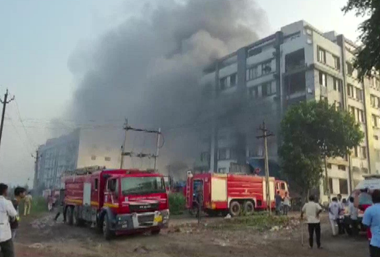 Gujarat : In Gujarat's Surat district, two laborers were burnt to death in a massive fire in a packaging factory, 125 people were rescued alive