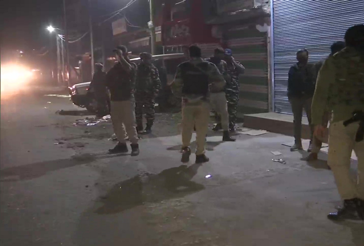 JandK  : Encounter between security forces and terrorists in Chanapora area of Srinagar, two terrorists suspected to be hiding, search operation continues
