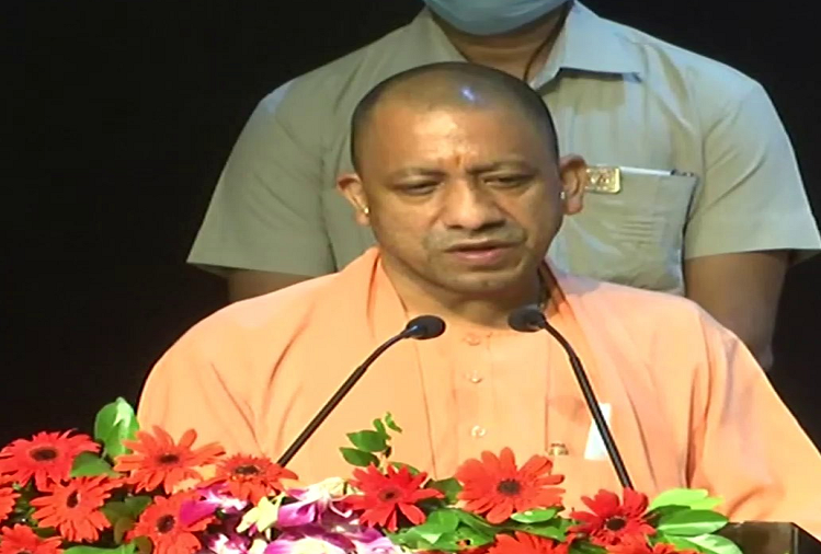 UP CM Yogi Adityanath handed over the appointment letter to the newly appointed technical assistant in the Agriculture Department, said - in a transparent manner the youth contributed to the development